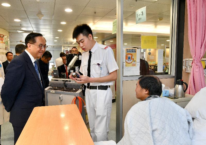 創新及科技局局長楊偉雄(左)今日(十二月十八日)在屯門醫院矯形及創傷科復康病房,實地了解住院病人藥物處方系統的運作。