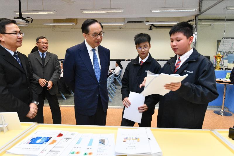 創新及科技局局長楊偉雄(中)今日(十二月十八日)在仁濟醫院第二中學與學生交談,細聽他們在STEM(科學、科技、工程和數學)課程的得着。
