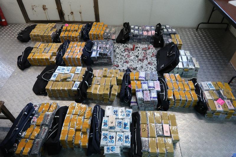 香港海關昨日(十二月十七日)在落馬洲管制站,從一輛出境貨櫃車的駕駛室內檢獲五千四百四十三部懷疑走私智能電話及九十隻懷疑走私手錶,估計市值共約二千萬元。