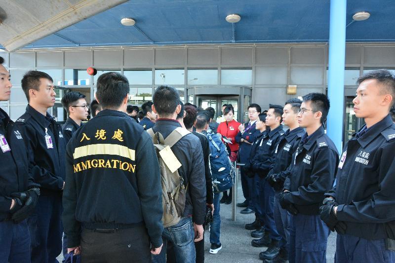 入境事務處於今日(十二月十八日)安排包機將越南籍非法入境者自願遣返越南。