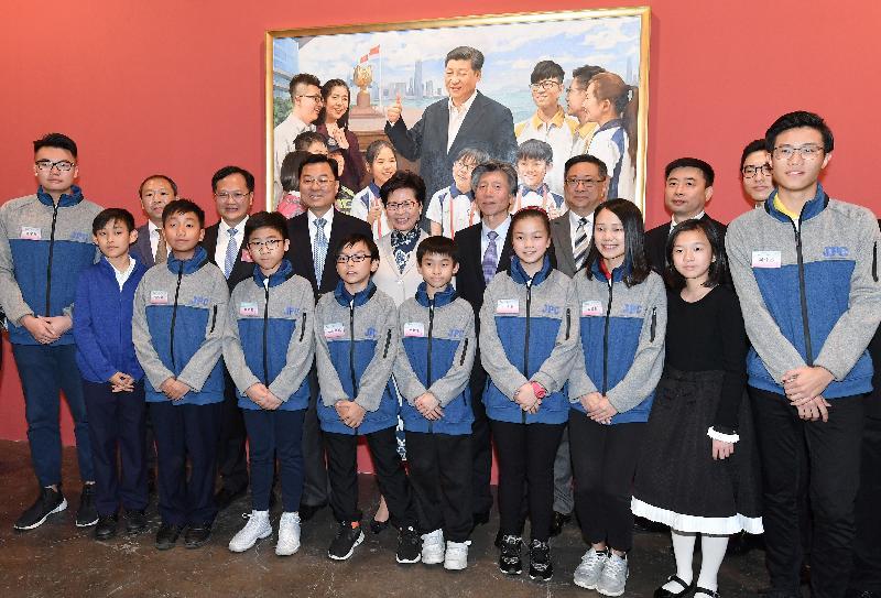 行政長官林鄭月娥(後排左五)今日(十二月十九日)在「香港牽動我的心──慶祝改革開放四十周年美術創作展」參觀展出的作品。