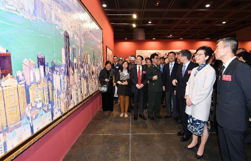 行政長官林鄭月娥(右二)今日(十二月十九日)在「香港牽動我的心──慶祝改革開放四十周年美術創作展」參觀展出的作品。