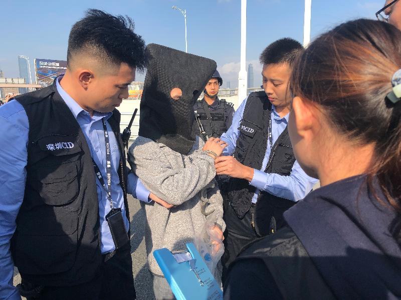 香港警方今日(十二月十九日)在落馬洲口岸接收由深圳市公安局移交的一名涉及一宗行劫案的疑犯及相關贓物。