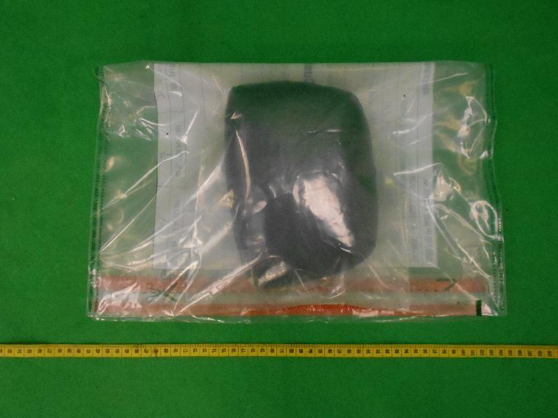 香港海關昨日(十二月二十五日)在香港國際機場檢獲約一點三五公斤懷疑可卡因,估計市值約一百五十一萬。