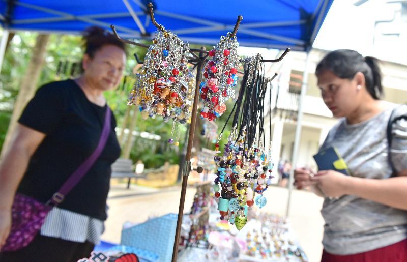 康樂及文化事務署邀請市民參與明年一月一日至十二月三十一日期間,逢星期六、日及公眾假期在香港公園舉行的新一期「藝趣坊」活動,場內共設有十個攤位,除了展出及售賣各種精緻的手工藝品,例如草編、花藝、手工皂和飾物等外,亦提供繪畫、人像剪影和人像素描等服務。