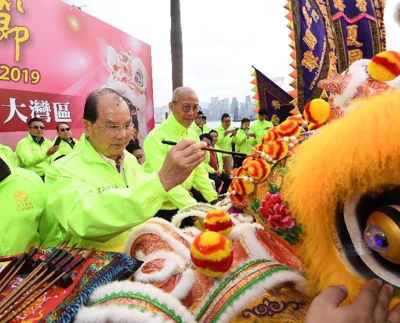 政務司司長張建宗今日(一月一日)出席在香港文化中心露天廣場舉行的2019香港龍獅節「世界龍獅日--共創繁榮大灣區」。圖示張建宗(左一)為金龍點睛。
