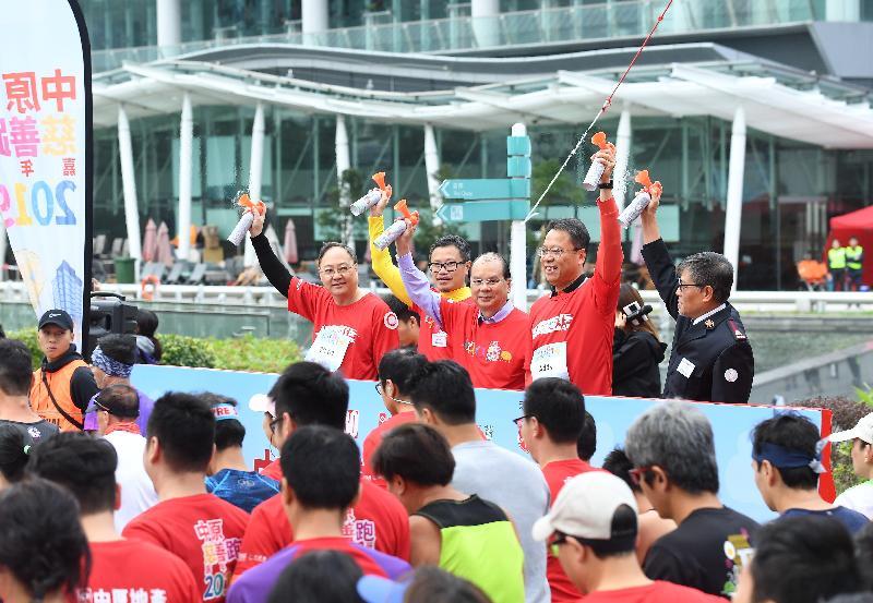政務司司長張建宗(左三)今日(一月六日)在中原慈善跑嘉年華2019起步禮主持鳴槍儀式。