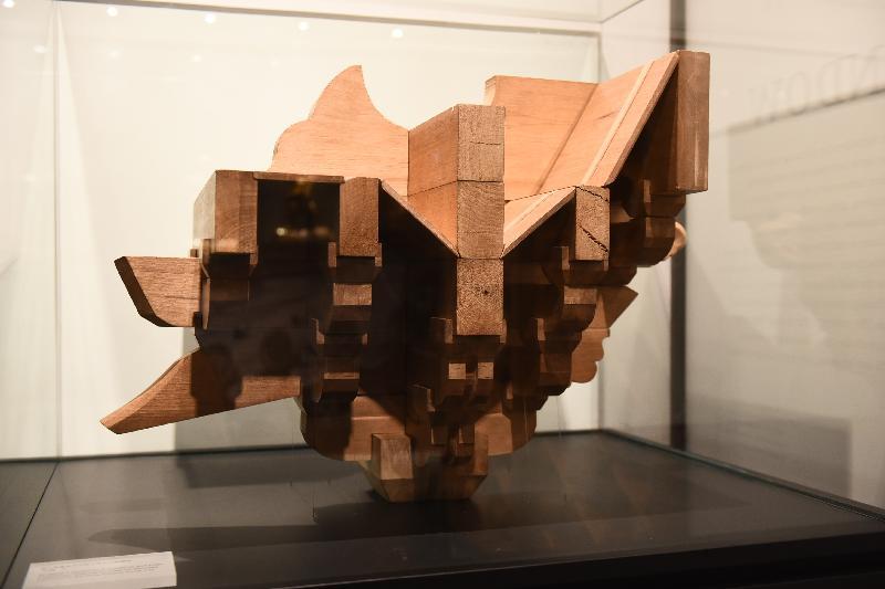 康樂及文化事務署明日(一月十一日)起在香港文物探知館舉行「穿越紫禁城——建築營造」展覽。圖示展覽展出的清代單翹單昂五踩平身科斗拱模型。