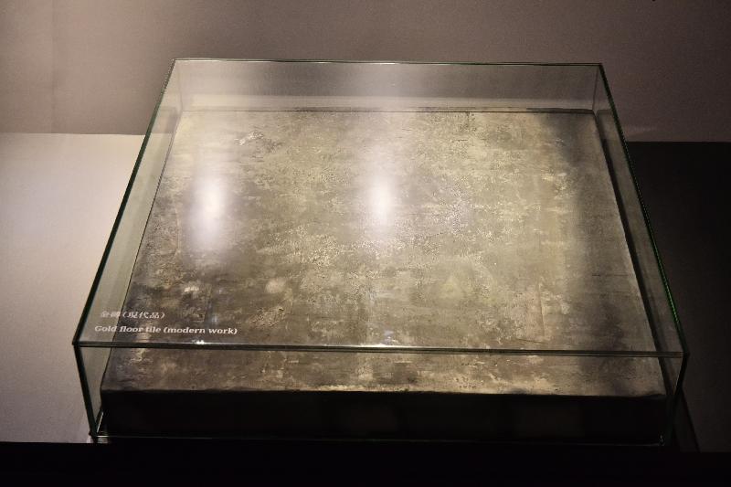 康樂及文化事務署明日(一月十一日)起在香港文物探知館舉行「穿越紫禁城——建築營造」展覽。圖示展覽展出紫禁城宮殿建築使用的方形地磚「金磚」(現代品)。
