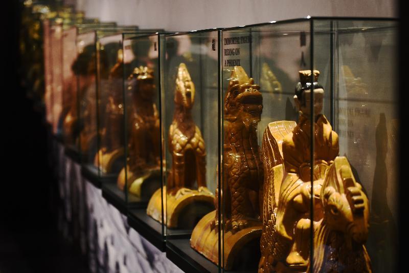 康樂及文化事務署明日(一月十一日)起在香港文物探知館舉行「穿越紫禁城——建築營造」展覽。圖示展覽展出的太和殿垂脊裝飾的複製品。