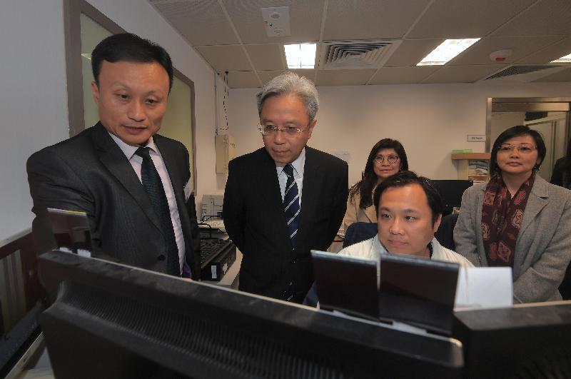 公務員事務局局長羅智光今日(一月十日)到訪效率促進辦公室。圖示羅智光(左二)參觀1823中心的當值經理室,聽取同事介紹中心的日常運作。旁為效率專員聶世蘭(左三)。