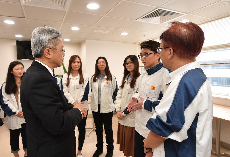 公務員事務局局長羅智光(左二)今日(一月十日)到訪效率促進辦公室,與部門各職系的員工代表茶敍,聆聽他們就關注的事宜提出的意見。