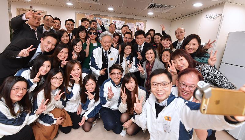 公務員事務局局長羅智光今日(一月十日)到訪效率促進辦公室。圖示羅智光與部門同事自拍留念。