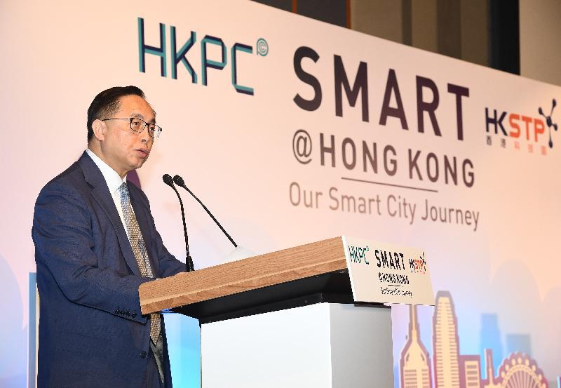 創新及科技局局長楊偉雄今日(一月十日)在智慧香港:我們的智慧城巿研討會開幕禮致辭。