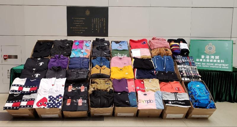 香港海關一月四日至今日(一月十日)採取反冒牌物品執法行動,打擊售賣冒牌服飾的活動,共檢獲約六千四百件懷疑冒牌物品,包括服裝、帽、皮帶及背囊等,估計市值約二百五十萬元。