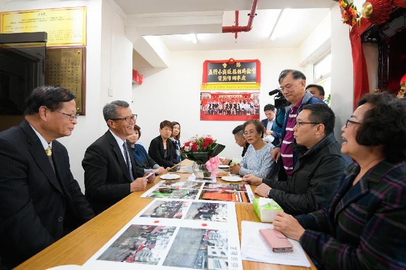 財政司司長陳茂波(左二)今日(一月十一日)下午到訪東區,並在東區區議會主席黃建彬(左一)陪同下與香港五行小商販福利會的代表會面,了解排檔區商販的營商環境。