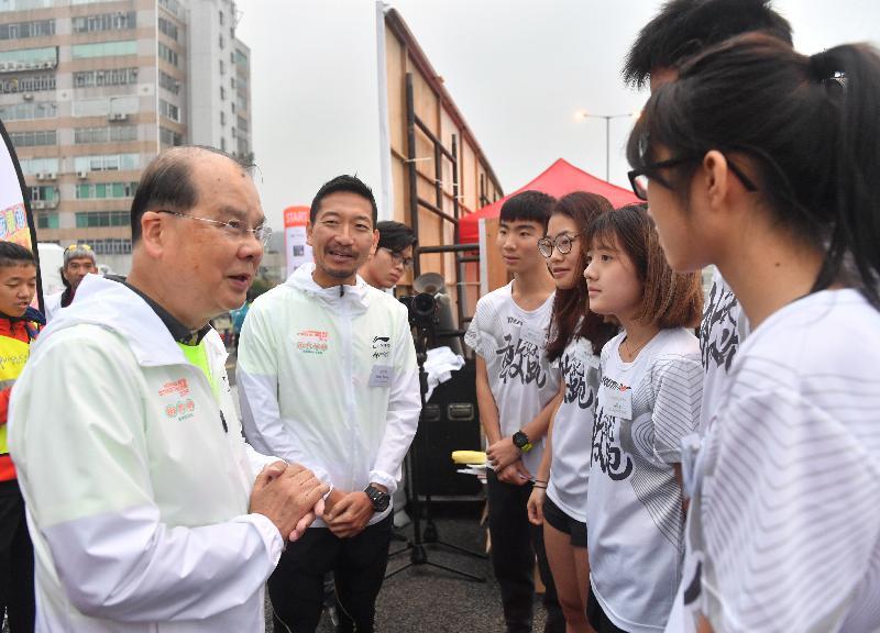 政務司司長張建宗(左一)今日(一月十三日)主持在觀塘繞道出席香港街馬2019起步儀式,並與「街跑少年」學員傾談。 旁為「全城街馬」聯合創辦人及行政總裁梁百行。
