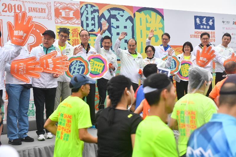 政務司司長張建宗(右六)和其他嘉賓今日(一月十三日)主持在觀塘繞道舉行的香港街馬2019起步儀式。