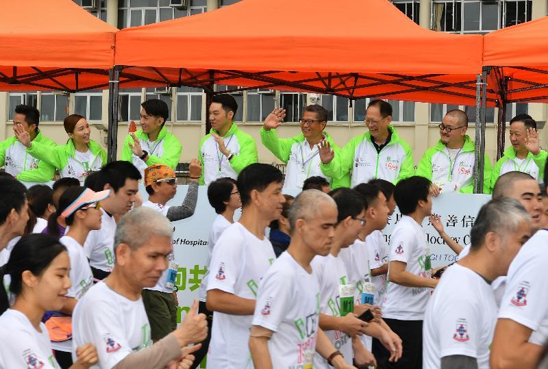 财政司司长陈茂波(后排右四)今日(一月十三日)与东华三院主席王贤志(后排左四)、香港赛马会董事陈南禄(后排右三)及其他主礼嘉宾主持东华三院「奔向共融」——香港赛马会特殊马拉松2019起跑礼。