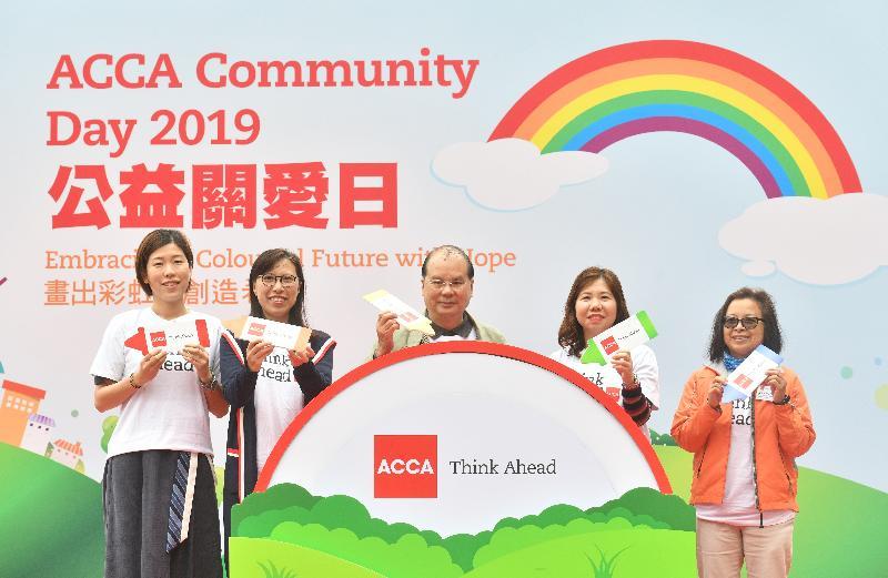 政務司司長張建宗(中)今日(一月十三日)出席特許公認會計師公會舉辦的ACCA公益關愛日2019開幕典禮,並與特許公認會計師公會香港分會會長陳和美(右二)及其他嘉賓合照。