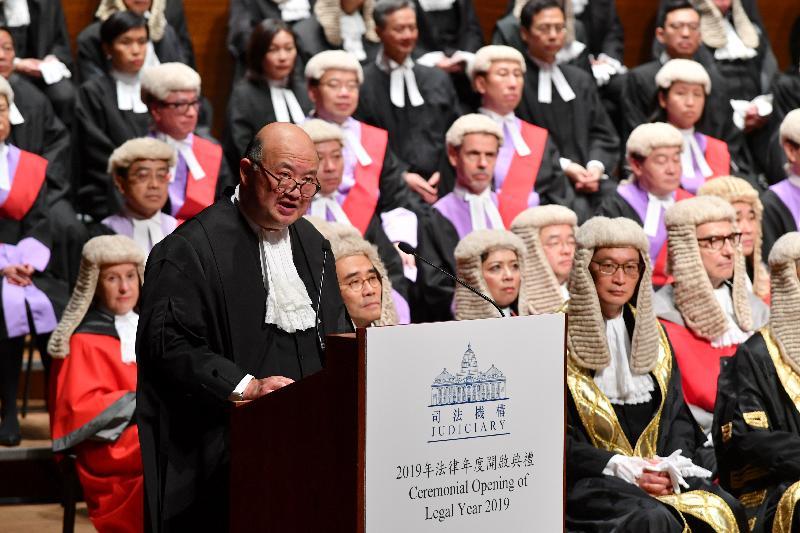 终审法院首席法官马道立今日(一月十四日)在香港大会堂音乐厅向包括法官、司法人员和法律界人士等约一千一百名与会人士致辞。