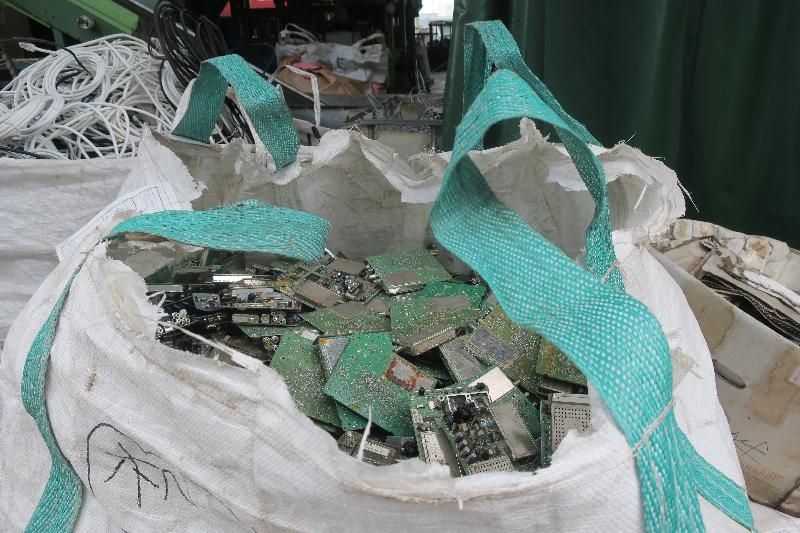 環境保護署在二○一八年八月發現億達再生資源有限公司於屯門環保園經營的回收場未有適當地處理屬於化學廢物的廢印刷電路板。
