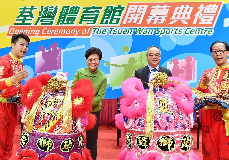 行政長官林鄭月娥今日(一月十八日)下午出席荃灣體育館開幕典禮。圖示林鄭月娥(左二)和民政事務局局長劉江華(右二)主持醒獅點睛儀式。