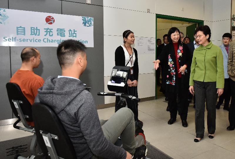 行政長官林鄭月娥今日(一月十八日)下午出席荃灣體育館開幕典禮。圖示林鄭月娥(右二)參觀體育館內的「充電單車」。