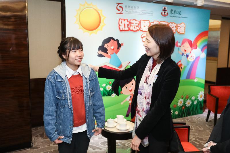 社會福利署署長葉文娟(右)今日(一月十九日)在壯志驕陽嘉許禮2019與一名得獎者(左)交談。