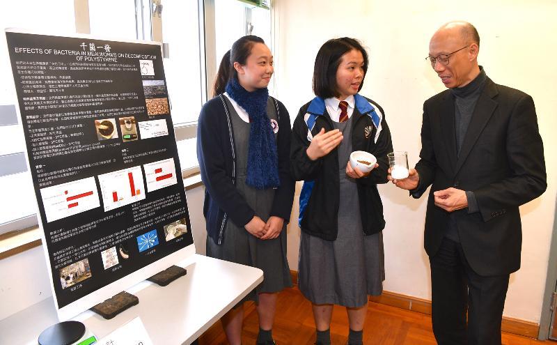 环境局局长黄锦星(右一)今日(一月二十一日)到访九龙城区一所中学,与该校学生及环保大使交谈,鼓励他们在日常生活实践节能减废,推广低碳环保生活。