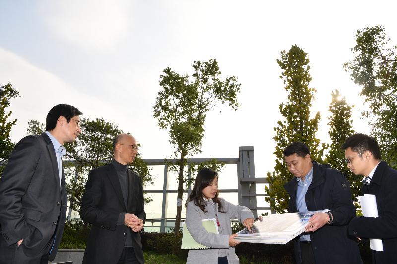 环境局局长黄锦星(左二)今日(一月二十一日)到访位于启德发展区的工业贸易大楼参观,了解其节能装备和绿化措施。