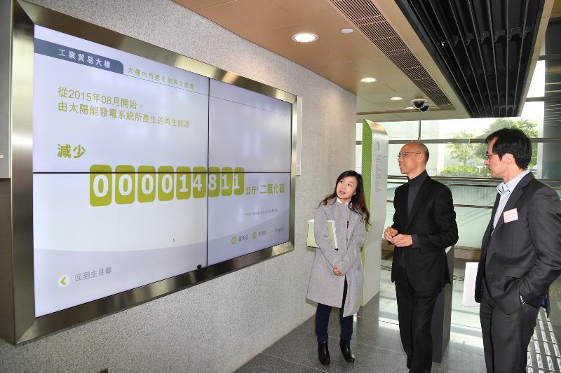 环境局局长黄锦星(中)今日(一月二十一日)到访位于启德发展区的工业贸易大楼参观,了解其节能装备和绿化措施。