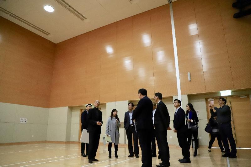 环境局局长黄锦星(左二)今日(一月二十一日)到访启德社区会堂参观。会堂的绿化天台装设了光纤太阳能追踪导光管,采集日光并引入室内提供照明,以节省能源。