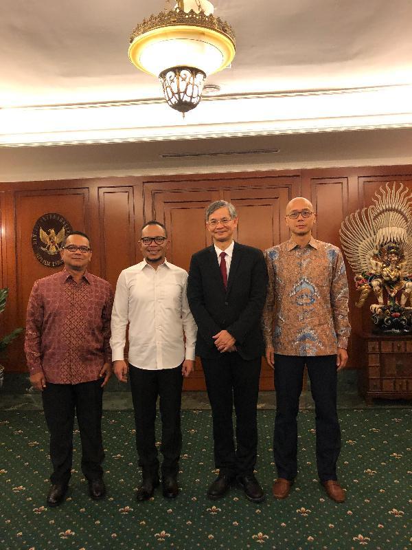 勞工及福利局局長羅致光博士(右二)今日(一月二十一日)在雅加達訪問期間,在香港駐雅加達經濟貿易辦事處處長羅建偉(右一)陪同下與印尼勞工部長哈尼夫‧達基里(左二)會晤。印尼駐港總領事Tri Tharyat亦有出席。