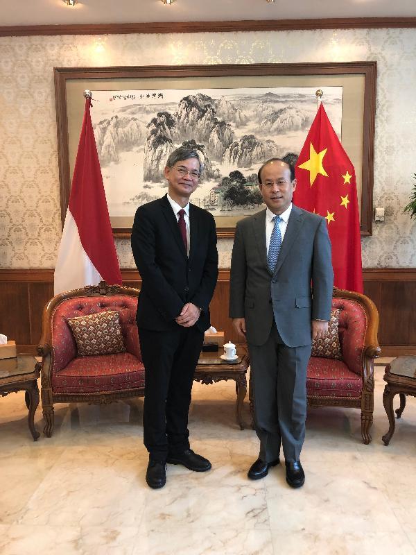 勞工及福利局局長羅致光博士(左)今日(一月二十一日)在雅加達訪問期間,拜會中國駐印尼大使肖千。