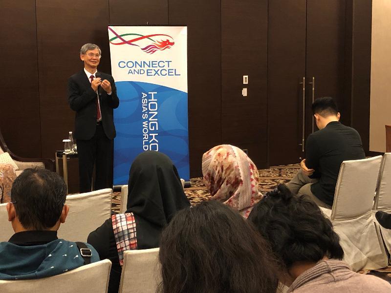 勞工及福利局局長羅致光博士(中)今日(一月二十一日)在雅加達訪問期間,向印尼傳媒簡報加強保障在港外傭的措施,以及吸引人才來港的人力政策措施。