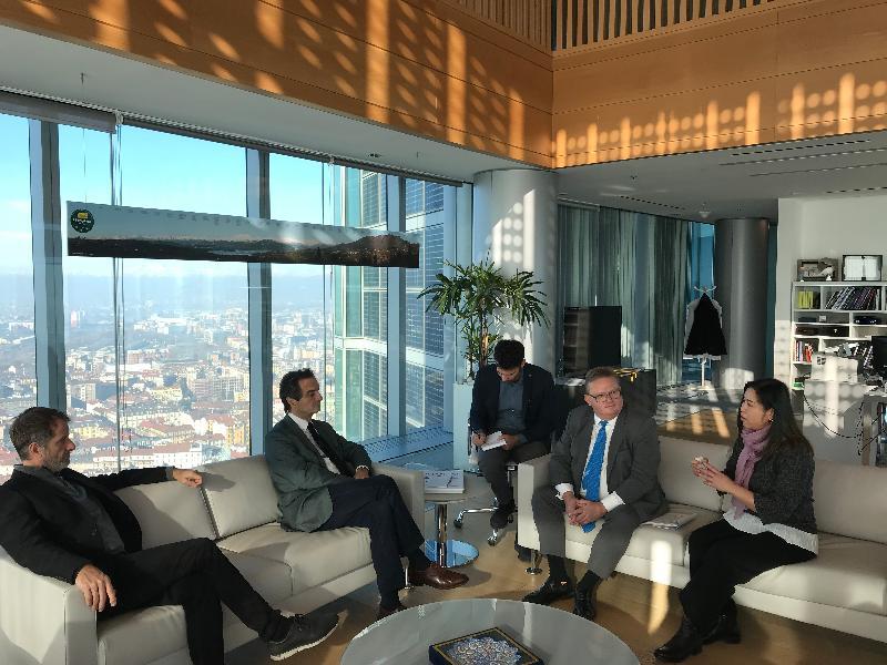 香港駐布魯塞爾經濟貿易辦事處副代表周雪梅(右一)於一月十八日(米蘭時間)在意大利米蘭會見倫巴第地區政府首長Attilio Fontana(左二)。與會者包括投資推廣署署長傅仲森(右二)及倫巴第地區政府財政部長Davide Carlo Caparini(左一)。