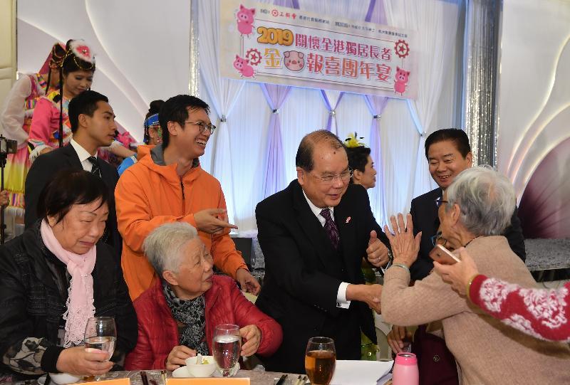署理行政長官張建宗今日(一月二十一日)傍晚出席香港工會聯合會舉辦的「關懷全港獨居長者 金豬報喜團年宴」。圖示張建宗(右二)向長者問好,祝願他們在新的一年健康愉快。