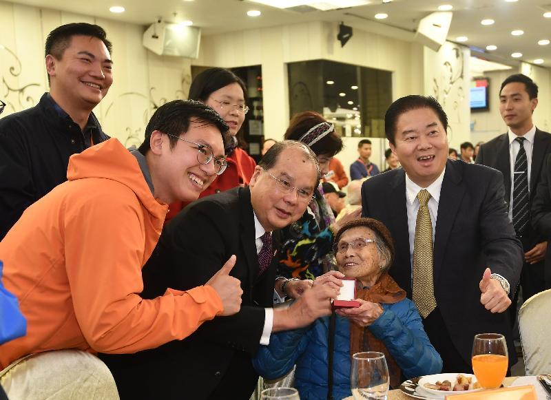 署理行政長官張建宗(前排左二)今日(一月二十一日)傍晚出席香港工會聯合會舉辦的「關懷全港獨居長者 金豬報喜團年宴」,並致送禮品予長者。