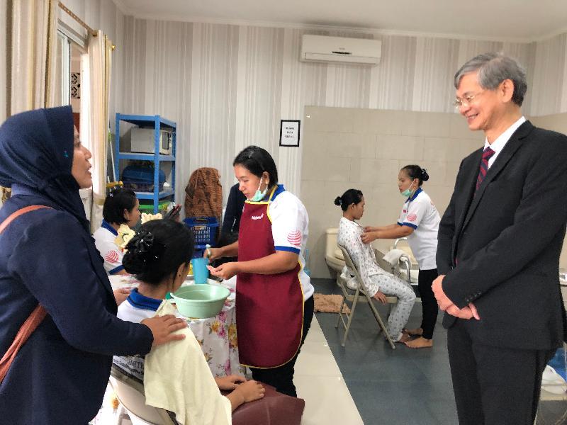 勞工及福利局局長羅致光博士今日(一月二十二日)在雅加達訪問期間,到訪印尼家庭傭工培訓中心。圖示羅致光博士(右一)觀看學員學習照顧長者的技巧。