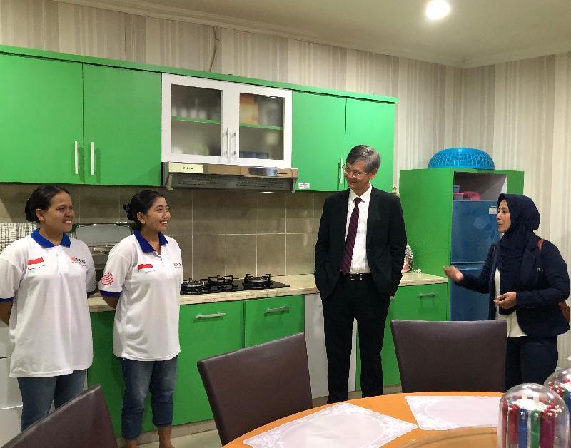 勞工及福利局局長羅致光博士今日(一月二十二日)在雅加達訪問期間,到訪印尼家庭傭工培訓中心。圖示羅致光博士(右二)與學員在模擬家居傾談。