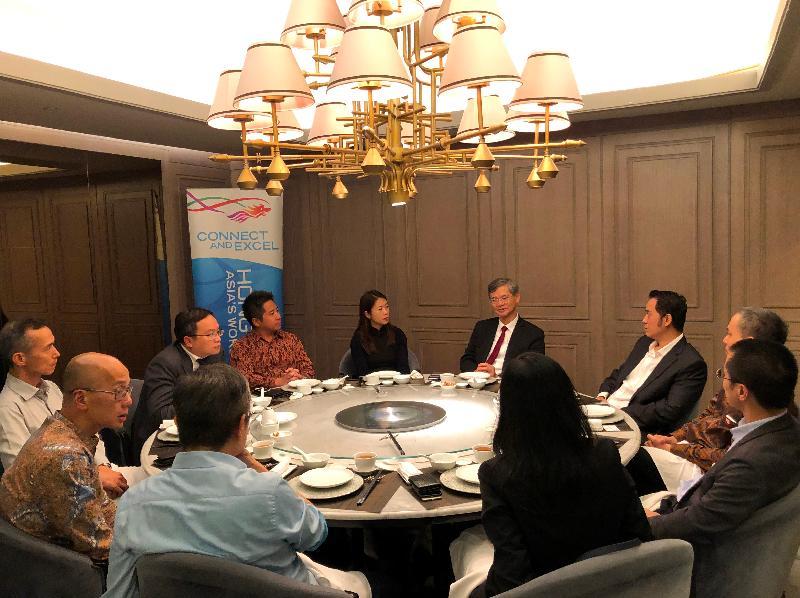 勞工及福利局局長羅致光博士(右中)昨日(一月二十一日)在雅加達訪問期間,與在印尼經商的港人共進晚餐。