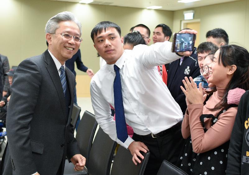公務員事務局局長羅智光今日(一月二十二日)頒授實習證明書予完成政府實習計劃的展亮技能發展中心學員。圖示一名學員與羅智光(左)自拍留念。
