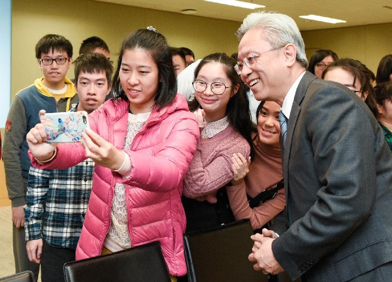 公務員事務局局長羅智光今日(一月二十二日)頒授實習證明書予完成政府實習計劃的展亮技能發展中心學員。圖示學員與羅智光(右一)自拍留念。