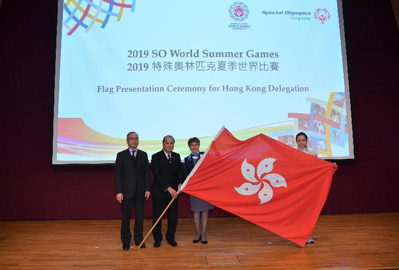 署理行政長官張建宗今日(一月二十二日)下午在香港體育學院出席2019特殊奧林匹克夏季世界比賽香港代表團授旗典禮。圖示張建宗(左二)在民政事務局局長劉江華(左一)陪同下,把香港特別行政區區旗授予香港代表團團長凌劉月芬(右二)和運動員代表。