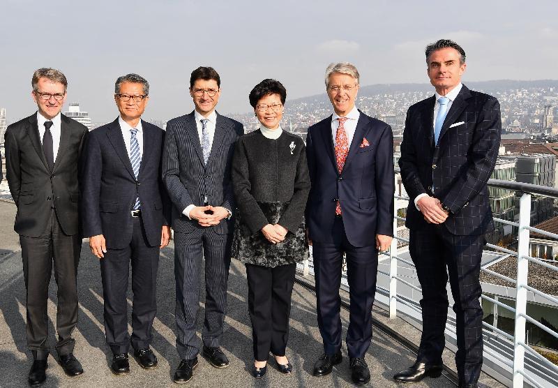 行政長官林鄭月娥昨日(蘇黎世時間一月二十一日)在瑞士蘇黎世與瑞士銀行家協會代表進行午餐會議。圖示林鄭月娥(右三)、瑞士銀行家協會主席Herbert Scheidt(右二)、瑞士聯邦國際金融事務秘書處國務秘書Jörg Gasser(左三)和財政司司長陳茂波(左二)合照。