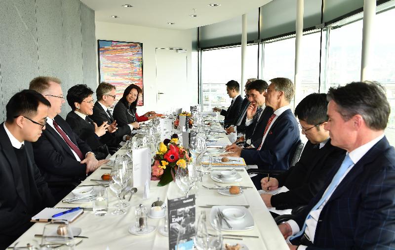 行政長官林鄭月娥昨日(蘇黎世時間一月二十一日)在瑞士蘇黎世與瑞士銀行家協會代表進行午餐會議。圖示林鄭月娥(左三)、瑞士銀行家協會主席Herbert Scheidt(右三)、瑞士聯邦國際金融事務秘書處國務秘書Jörg Gasser(右四)及雙方代表進行會議。