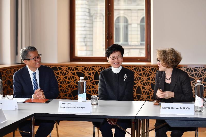 行政長官林鄭月娥昨日(蘇黎世時間一月二十一日)展開瑞士的訪問行程。圖示林鄭月娥(中)與蘇黎世市長Corine Mauch(右)會面,財政司司長陳茂波(左)亦有出席。