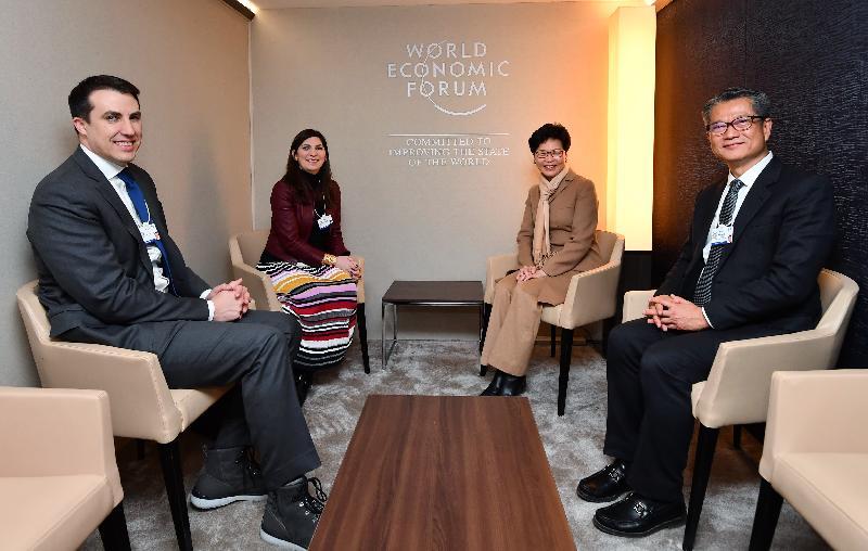 行政長官林鄭月娥今日(達沃斯時間一月二十二日)在瑞士達沃斯出席世界經濟論壇年會。圖示林鄭月娥(右二)與紐約證券交易所主席Stacey Cunningham(左二)會面,財政司司長陳茂波(右一)亦有出席。