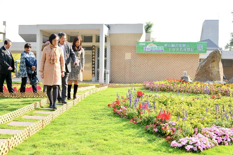 食物及衞生局局長陳肇始教授(右三)聯同食物及環境衞生諮詢委員會轄下綠色殯葬及相關事宜工作小組成員今日(一月二十二日)到訪新葵涌紀念花園。